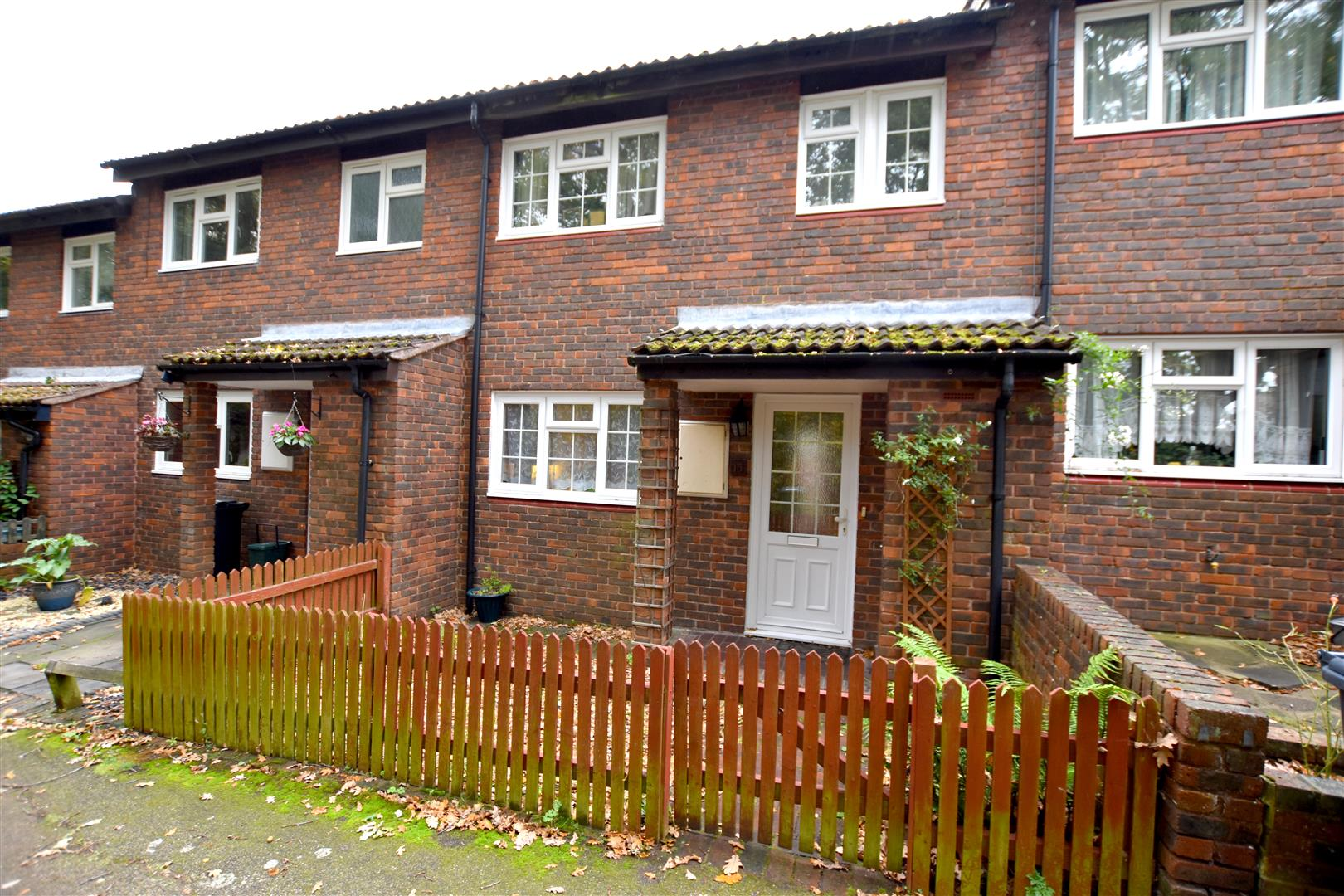 2 Bedrooms Terraced House for sale in Kiln Walk, Redhill